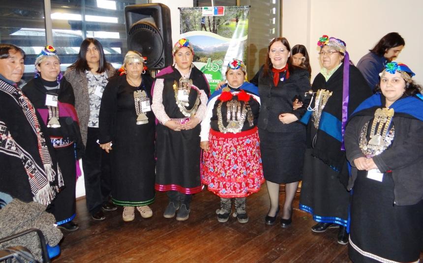 Directora de CONAF junto a integrantes pueblos originarios